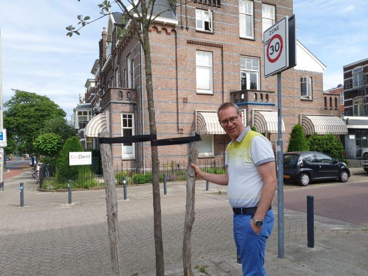 Doornenbal ziet twee circulaire boompalen van kastanjehout