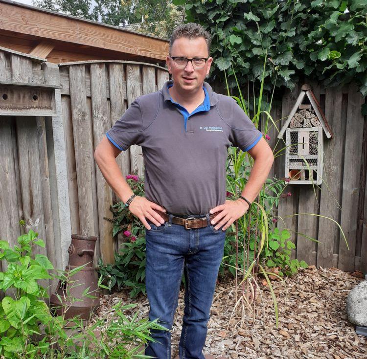Dick van Huigenbosch: 'Ik heb een aantal behandelde nesten bij elkaar op een voederbak in mijn tuin gelegd, onder mezenkasten, met een aantal wildcamera's erboven. Vogels eten alleen levendige rupsen die er goed uitzien; het zijn geen aaseters. Ze kijken