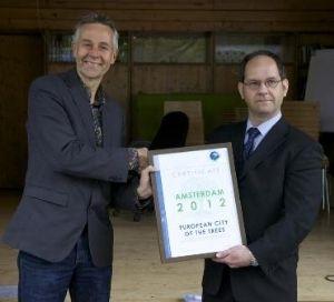 Op de foto overhandigt Aki Männistö (vertegenwoordiger van de Finse stad Turku, rechts) het certificaat van de European City of Trees 2012 aan wethouder Dirk de Jager (wethouder van het stadsdeel Amsterdam-West, links).
