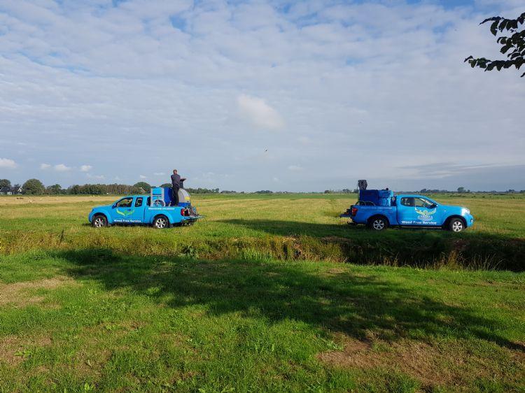 nkruidbestrijding in landelijke gebied met terreinwagens