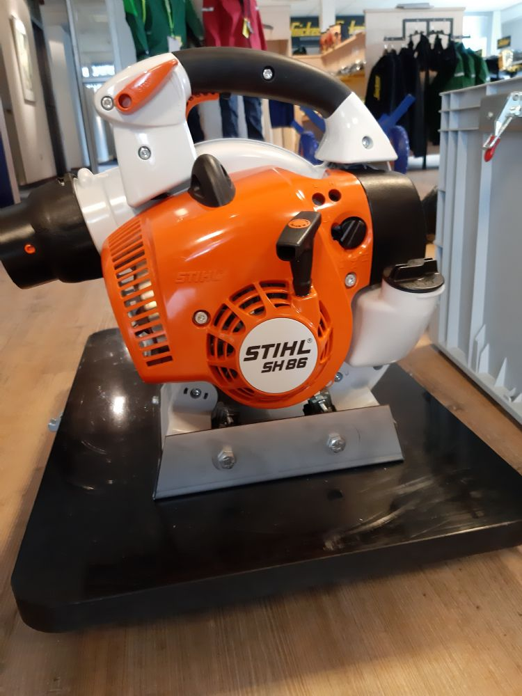 De rupsenzuiger is uitgerust met een Stihl SH86-motor.