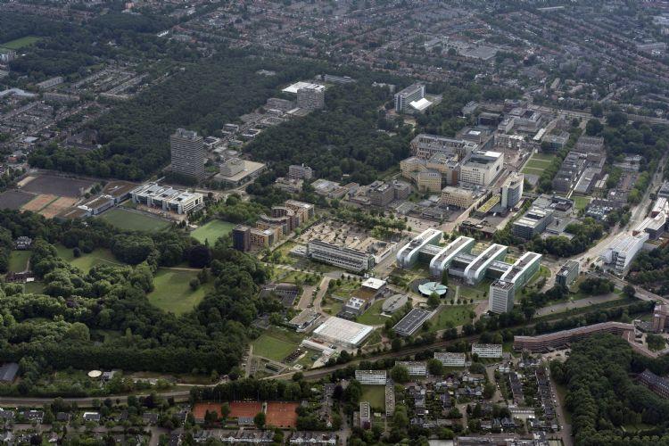 Het Radboud UMC en de Radboud Universiteit beheren elk 60 gebouwen op totaal 114 hectare terrein in Nijmegen. Foto: Radboud Universiteit