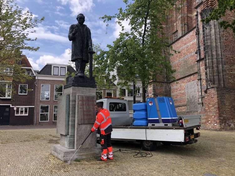 Omrin aan werk met de Weedmaster eM bij het standbeeld van Pieter Jelles Troelstra