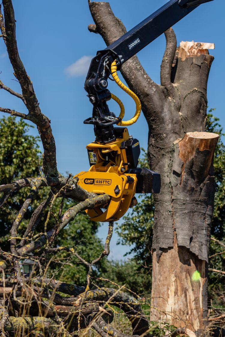 De flexibiliteit is indrukwekkend. Top Verreikerverhuur laat zien dat je (te) dikke bomen ook van achteren kunt benaderen.