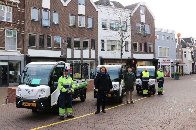 De Goupils vol in gebruik in het centrum van Gouda. Op de foto: wethouder Hilde Niezen van de gemeente Gouda, Cyclus directeur Linda Boot en drie vakmannen Reiniging bij Cyclus.