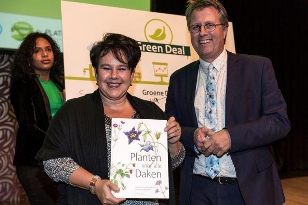 Staatsecretaris Sharon Dijksma ondertekent samen met Eric Steegman de Green Deal Groene Daken