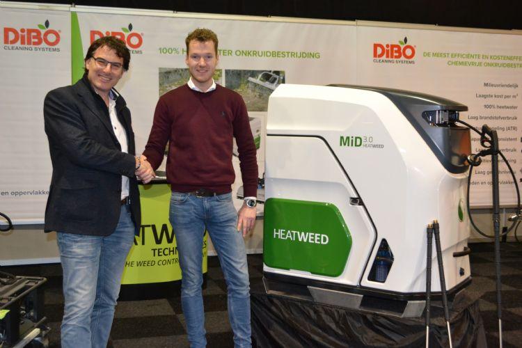 Henri Koolmees (accountmanager van de leverende dealer; DTH Mechanisatie uit Hendrik-Ido Ambacht, rechts) schudt Dionysios Sofronas (l) de hand op de Groene Sector Vakbeurs.
