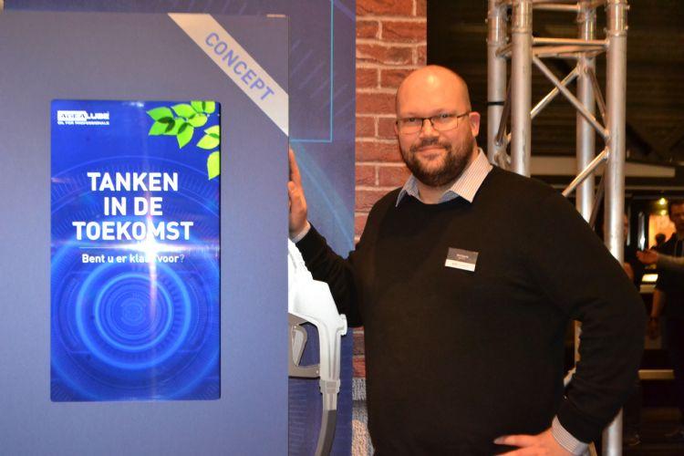 Dirk Eppink leunt trots tegen de conceptversie van het tankstation.