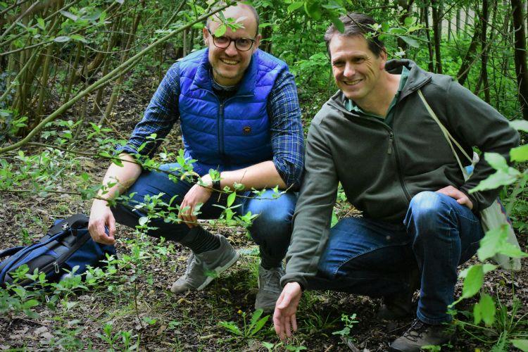 Initiatiefnemer voor de tiny forests, Daan Bleichrodt (l.), en onderzoeker Fabrice Ottburg