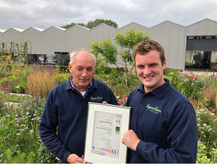 Laurens Lageschaar en zijn zoon Marten Lageschaar nemen trots het certificaat in ontvangst.