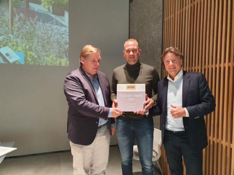 De uitreiking van de award. V.l.n.r.: Marcel Bettonvil van MBI, Pieter Dragt van Buiter Beton en Lex van der Meijden van MBI.