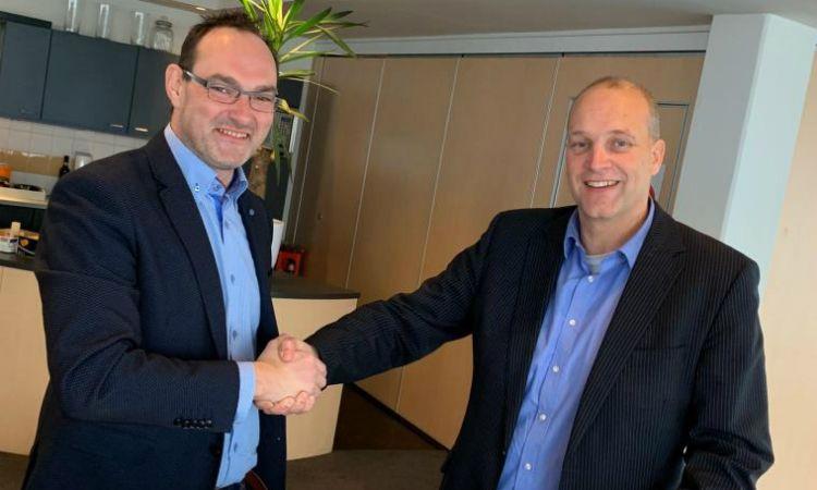 Henk Vlijm (links) van Optigrün Benelux en Frans Reulink (rechts) van De Enk Groen & Golf schudden de hand.