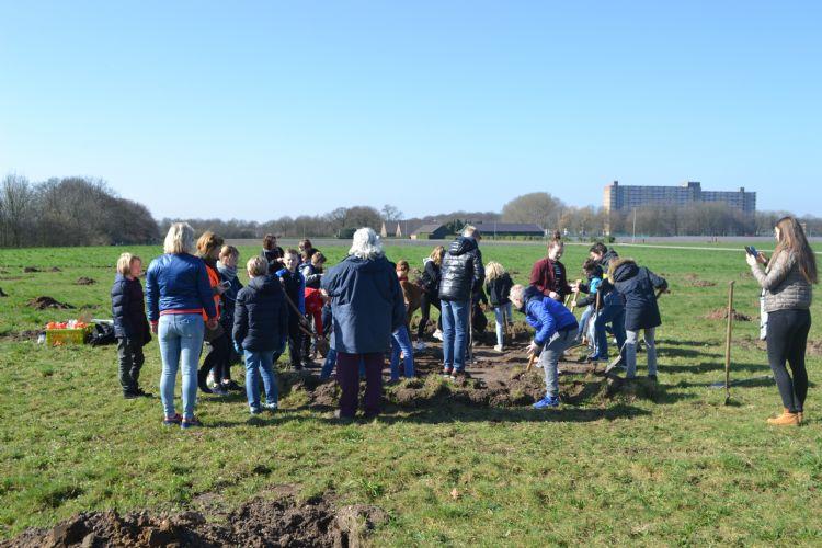 Aanplant van bomen tijdens de Boomfeestdag van 2017 in Heumen