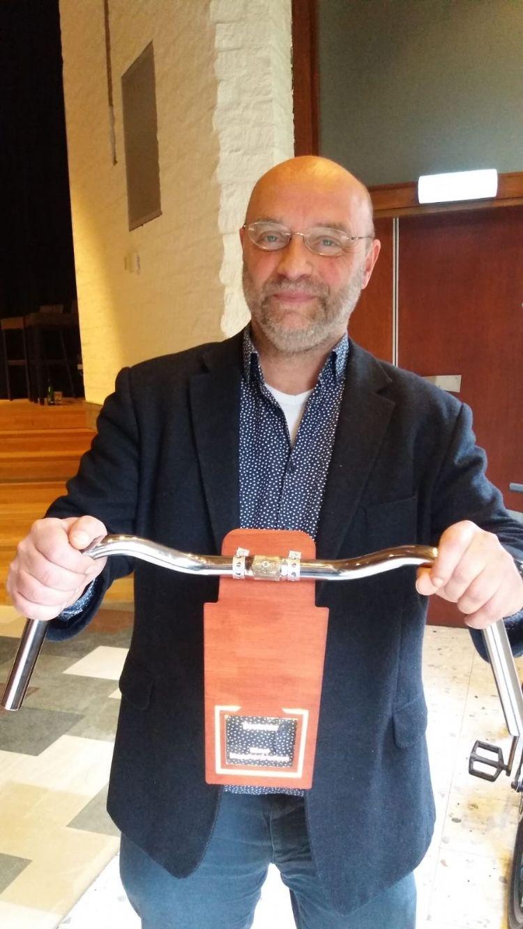 Stef Janssen met de prijs Foto: Boomkwekerij Ebben