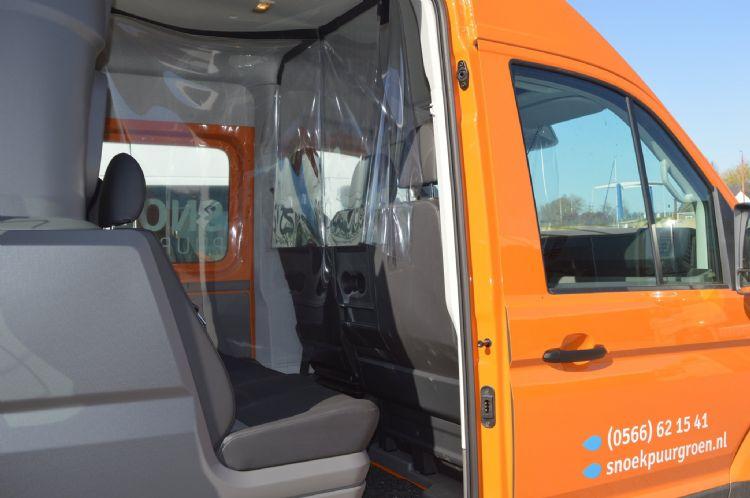 Corona-schermen in een van de bussen van Snoek Puur Groen.