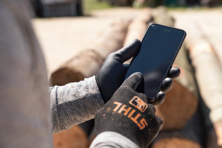 De innovatieve handschoenen Stihl Function Senso Touch hoef je niet eerst uit te trekken als je je smartphone of tablet wilt bedienen.