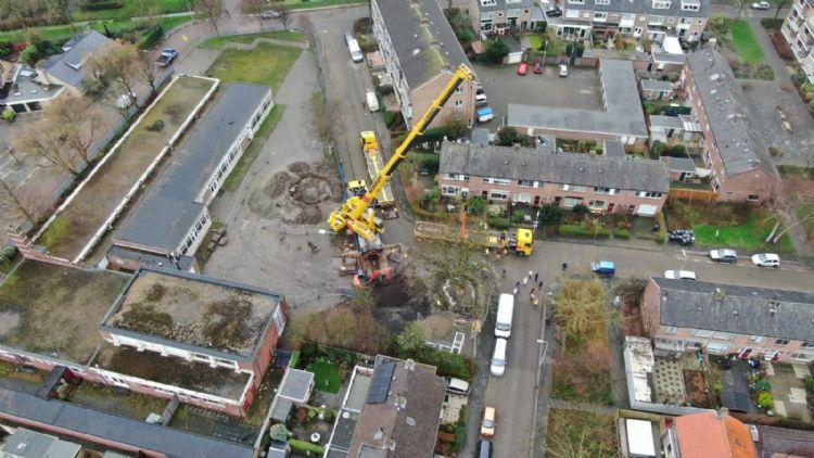De nieuwe en de oude locatie van de boom. De afstand ertussen bedraagt 38 meter.