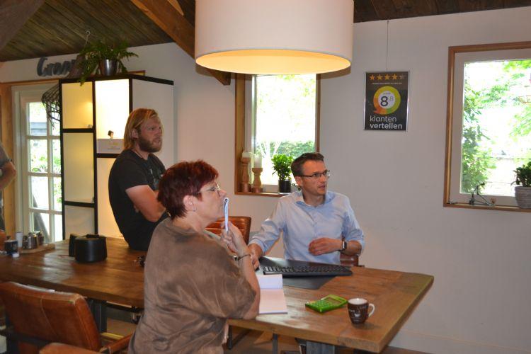 Leo Kodde legt medewerkers van hoveniersbedrijf De Groot uit Volkel uit hoe SuiteMKB werkt.