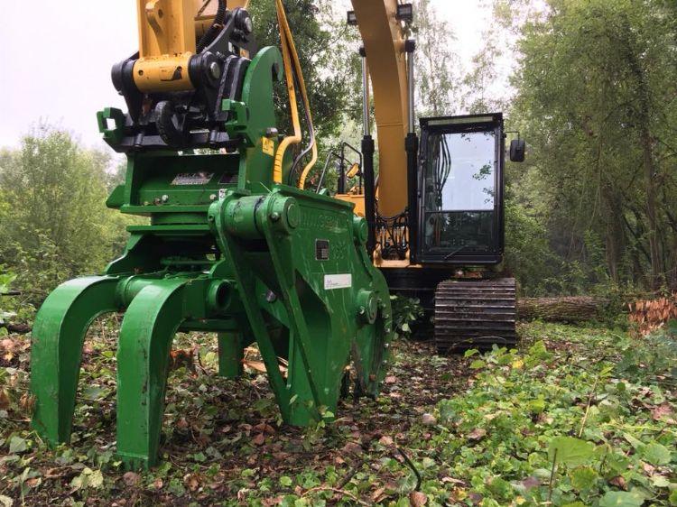 Aanbouwwerktuig om bomen als een luciferhoutje af te knippen