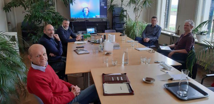 V.l.n.r.: Gerrit Klop (DCM), Ivo de Groot (Wolterinck), Ivo Stevens (SmitsRinsma), Gerrit-Jan Smits (SmitsRinsma), Bertil Jansen (gemeente Zutphen), André Huinink (gemeente Zutphen). Op de achtergrond, te zien door het raam vanaf de IJsselkade, de rivier de IJssel.