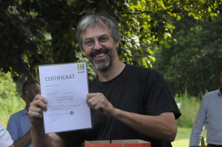 Eddie Bouwmeester showt zijn nieuwe certificaat.