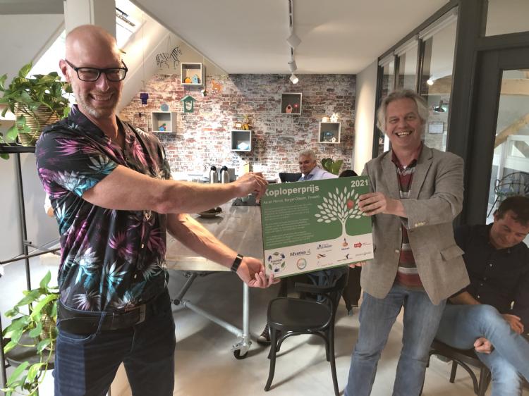 Algemeen directeur Quercus Rob Gulmans (rechts) ontvangt de Koploperprijs uit handen van Serge de Mul