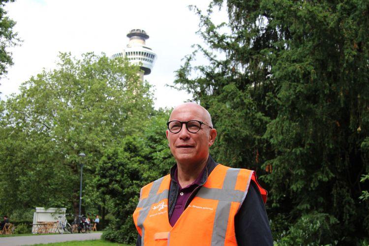 Ronald Loch in het Park bij de Euromast in Rotterdam, de stad waar hij al ruim drie decennia actief is als bomenman