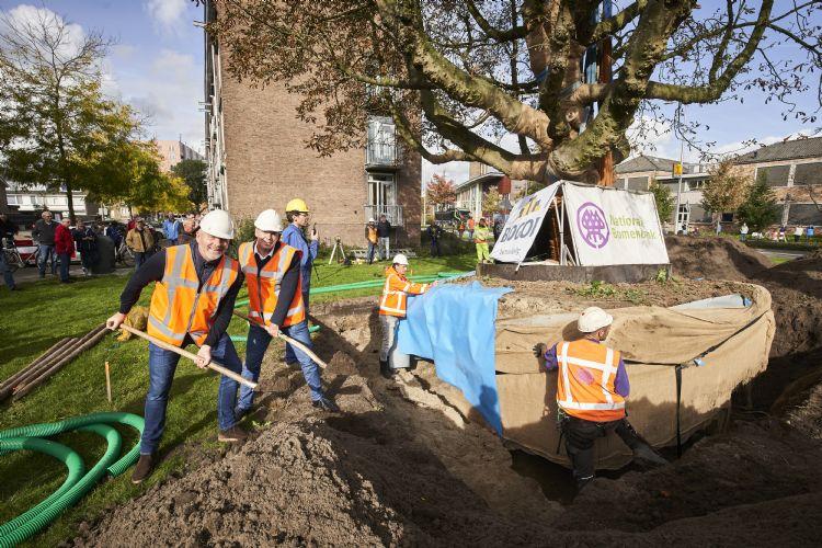 Na de plaatsing van de boom in het nieuwe plantgat schepten wethouder Gert-Jan Schotanus en Jan Bouter van Bogor Projectontwikkeling de eerste grond bij de boom.